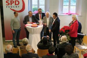 Eine Landtagstasse von Arif Tasdelen und 75 Nelken vom Ortsverein