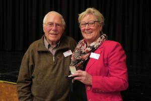 Zwei Träger der Willy-Brandt-Medaille: Kurt Dilfer und Inge Jabs
