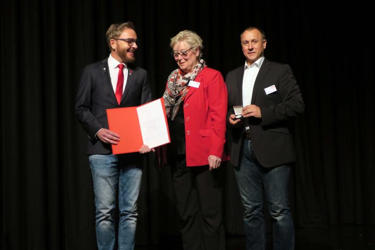 Willy-Brandt-Medaille für Inge Jabs durch Marcel Schneider und Jörg Kotzur